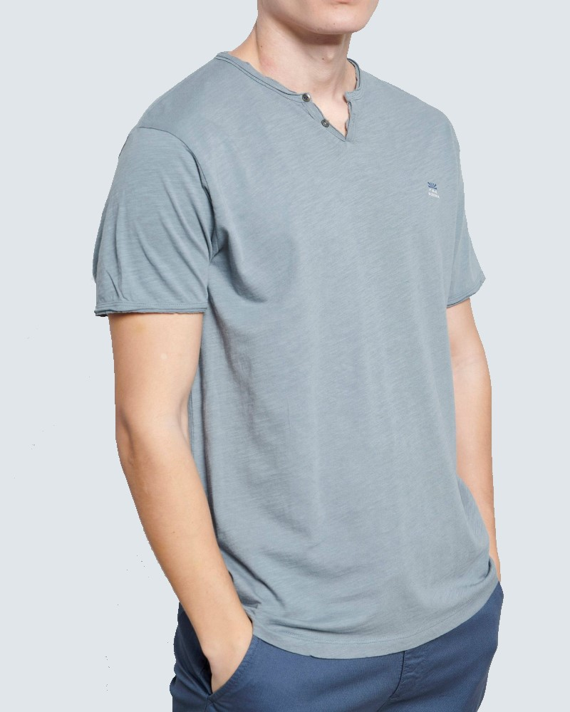 ESSENTIAL T-SHIRT ΜΕ ΛΑΙΜΟ HENLEY - DUSTY BLUE